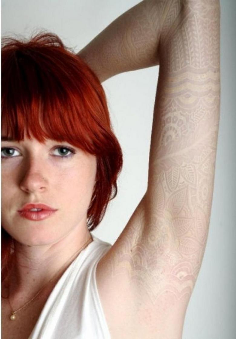 Белые тату для девушек (92 фото) - эскизы, места нанесения на руке, запястье, как рукав