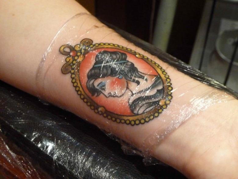 Сколько заживает татуировка на руке, бедре, спине, плече, предплечье, шее, ноге