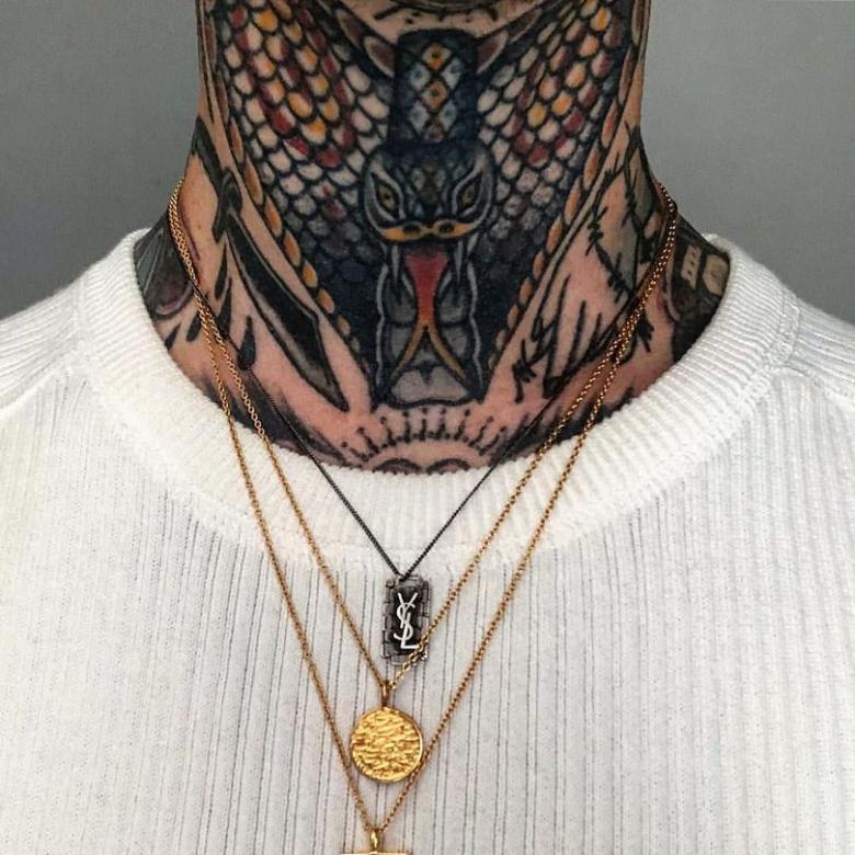 Тату на шее для мужчин (77 фото) - эскизы, значение, надписи для мужских татуировки на шее