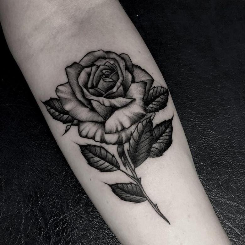 Тату роза (66 фото) - значение для девушек и мужчин, эскизы на руке кисти, шее, ноге, запястье, бедре, плече