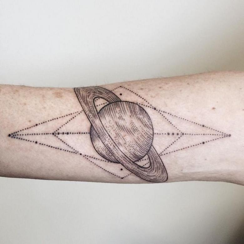 Тату Сатурн - значение, эскизы для девушек и мужчин (74 фото)